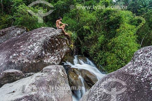 Homem sentado na pedra da Cachoeira do Maromba no Parque Nacional de Itatiaia  - Itatiaia - Rio de Janeiro (RJ) - Brasil