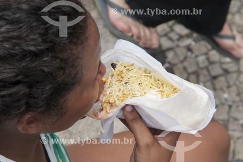 Mulher comendo cachorro quente  - Rio de Janeiro - Rio de Janeiro (RJ) - Brasil