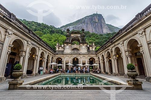 Pátio do prédio da Escola de Artes Visuais do Parque Henrique Lage - mais conhecido como Parque Lage - com o Cristo Redentor ao fundo  - Rio de Janeiro - Rio de Janeiro (RJ) - Brasil