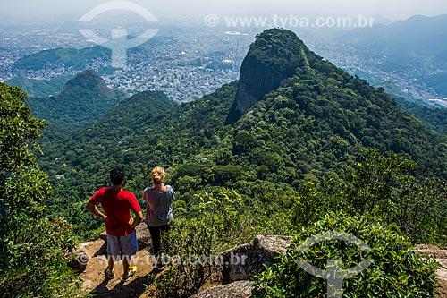 Casal observando a paisagem a partir da trilha para o Pico da Tijuca  - Rio de Janeiro - Rio de Janeiro (RJ) - Brasil