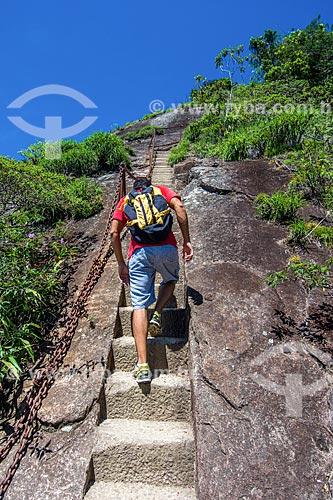 Turista subindo a escada de acesso ao Pico da Tijuca  - Rio de Janeiro - Rio de Janeiro (RJ) - Brasil