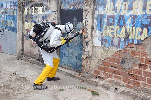 Funcionário da Prefeitura do Recife com equipamento UBV (Fumacê) portátil no combate ao mosquito Aedes aegypti  - Recife - Pernambuco (PE) - Brasil