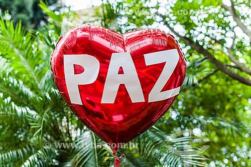 Balão com a palavra paz no bloco de carnaval de rua Laranjada Samba Clube  - Rio de Janeiro - Rio de Janeiro (RJ) - Brasil