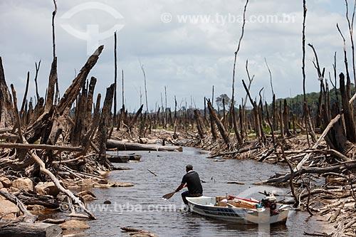 Ribeirinho no lago da Usina hidrelétrica de Balbina durante a seca que afeta a região  - Presidente Figueiredo - Amazonas (AM) - Brasil
