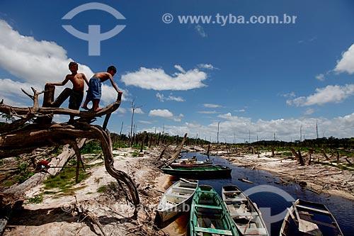 Ribeirinhos no lago da Usina hidrelétrica de Balbina durante a seca que afeta a região  - Presidente Figueiredo - Amazonas (AM) - Brasil