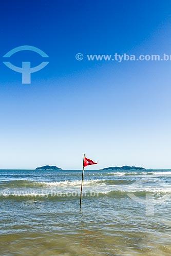 Bandeira indicando mar perigoso na Praia dos Açores  - Florianópolis - Santa Catarina (SC) - Brasil