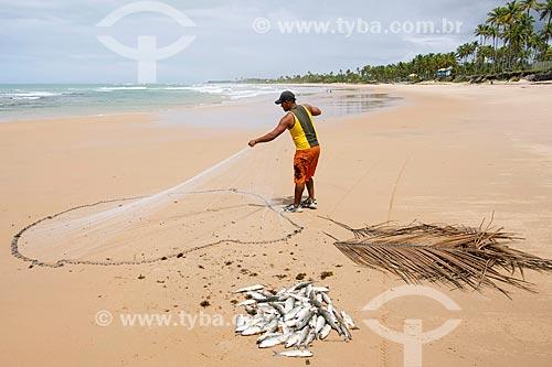 Pescador na Praia do Cassange  - Maraú - Bahia (BA) - Brasil