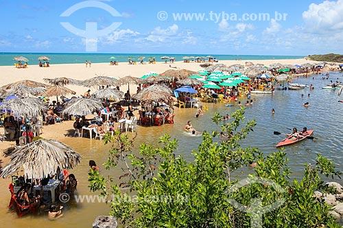 Banhistas na Praia Bela  - Pitimbu - Paraíba (PB) - Brasil