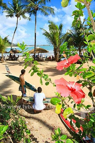 Surfistas na orla da Praia de Coqueirinhos  - Conde - Paraíba (PB) - Brasil