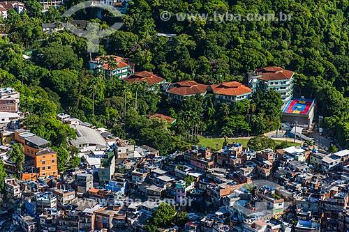 Vista da favela da Rocinha e da Escola Americana do Rio de Janeiro a partir da trilha para o Morro Dois Irmãos  - Rio de Janeiro - Rio de Janeiro (RJ) - Brasil