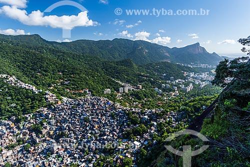 Vista da favela da Rocinha a partir da trilha para o Morro Dois Irmãos com o Cristo Redentor ao fundo  - Rio de Janeiro - Rio de Janeiro (RJ) - Brasil