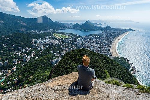 Homem no cume do Morro Dois Irmãos com o Cristo Redentor ao fundo  - Rio de Janeiro - Rio de Janeiro (RJ) - Brasil