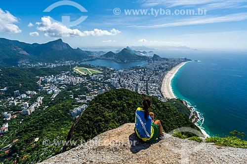 Mulher no cume do Morro Dois Irmãos com o Cristo Redentor ao fundo  - Rio de Janeiro - Rio de Janeiro (RJ) - Brasil