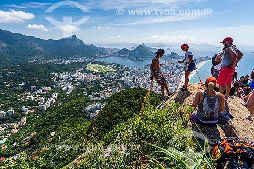 Grupo praticando rapel no cume do Morro Dois Irmãos com o Cristo Redentor ao fundo  - Rio de Janeiro - Rio de Janeiro (RJ) - Brasil