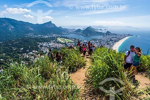 Grupo de pessoas no cume do Morro Dois Irmãos com o Cristo Redentor ao fundo  - Rio de Janeiro - Rio de Janeiro (RJ) - Brasil