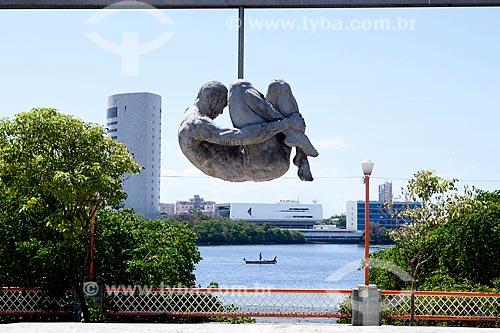 Detalhe do Monumento Tortura Nunca Mais (1993) com o Rio Capibaribe ao fundo  - Recife - Pernambuco (PE) - Brasil