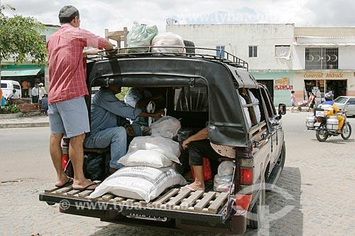 Transporte irregular de passageiros e carga em caminhonete  - Amaraji - Pernambuco (PE) - Brasil
