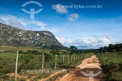 Estrada de terra com montanhas ao fundo  - Santana do Riacho - Minas Gerais (MG) - Brasil