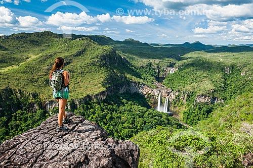Mulher observando a paisagem a partir do Mirante da Janela com a Cachoeira dos Saltos ao fundo  - Alto Paraíso de Goiás - Goiás (GO) - Brasil