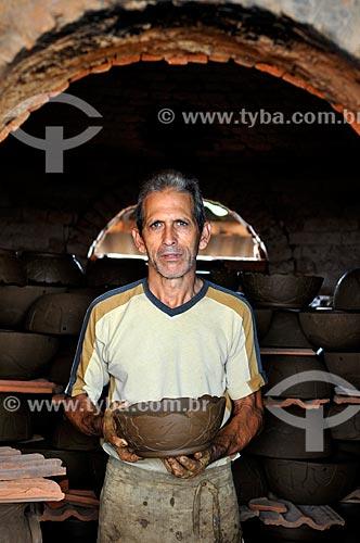 Artesão Nedson José Romão Correa com um vaso  - Barra Bonita - São Paulo (SP) - Brasil