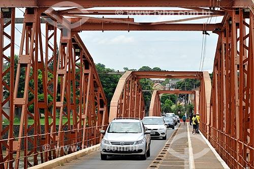 Carros na Ponte Campos Salles - também conhecida como Ponte dos Arcos - sobre o Rio Tietê  - Barra Bonita - São Paulo (SP) - Brasil