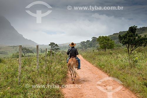 Vaqueiro em estrada de terra  - Santana do Riacho - Minas Gerais (MG) - Brasil