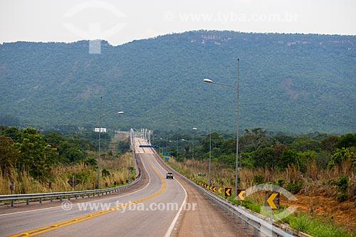 Rodovia TO-445 com a Ponte Imigrantes Nordestinos Padre Cícero José de Sousa (2011) ao fundo  - Lajeado - Tocantins (TO) - Brasil