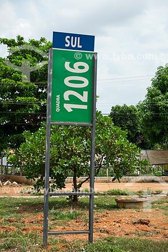 Placa indicando a quadra 1206 sul com a horta comunitária ao fundo  - Palmas - Tocantins (TO) - Brasil