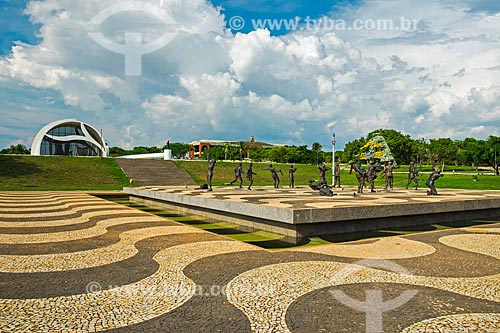 Monumento aos Dezoito do Forte - com o Memorial Luís Carlos Prestes (1996) - também conhecido como Memorial Coluna Prestes - ao fundo  - Palmas - Tocantins (TO) - Brasil