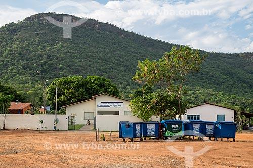 Lixeira em frente ao Posto de Saúde com a Serra do Lajeado ao fundo  - Palmas - Tocantins (TO) - Brasil