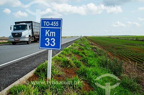 Placa indicando o KM 33 da Rodovia TO-455 com plantação de Soja à direita  - Porto Nacional - Tocantins (TO) - Brasil