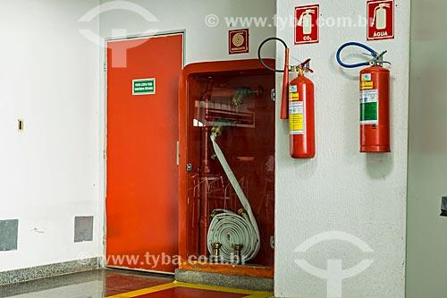 Porta corta-fogo, mangueira de incêndio, extintor de água e CO2 (Dióxido de Carbono) no Aeroporto de Palmas - Brigadeiro Lysias Rodrigues (2001)  - Palmas - Tocantins (TO) - Brasil