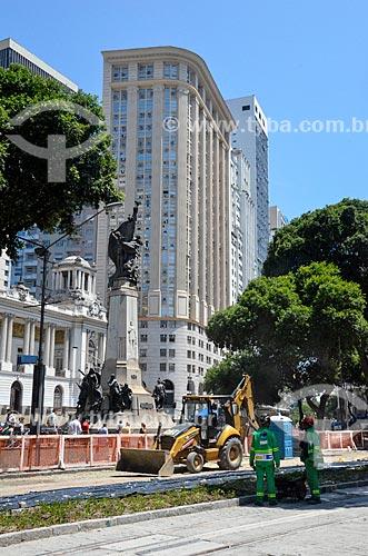 Obras para implantação do VLT (Veículo Leve Sobre Trilhos) na Avenida Rio Branco com o Monumento ao Marechal Floriano Peixoto (1910) ao fundo  - Rio de Janeiro - Rio de Janeiro (RJ) - Brasil