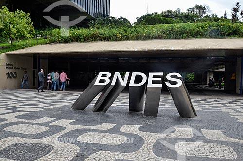 Logotipo em frente ao edifício sede do Banco Nacional de Desenvolvimento Econômico e Social (BNDES)  - Rio de Janeiro - Rio de Janeiro (RJ) - Brasil