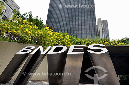 Logotipo com o edifício sede do Banco Nacional de Desenvolvimento Econômico e Social (BNDES) ao fundo  - Rio de Janeiro - Rio de Janeiro (RJ) - Brasil
