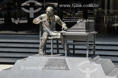 Estátua em homenagem ao escritor Manuel Bandeira no Palácio Austregésilo de Athayde (1979) - prédio anexo à Academia Brasileira de Letras  - Rio de Janeiro - Rio de Janeiro (RJ) - Brasil