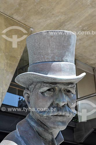 Detalhe da estátua em homenagem ao escritor Joaquim Nabuco no Palácio Austregésilo de Athayde (1979) - prédio anexo à Academia Brasileira de Letras  - Rio de Janeiro - Rio de Janeiro (RJ) - Brasil