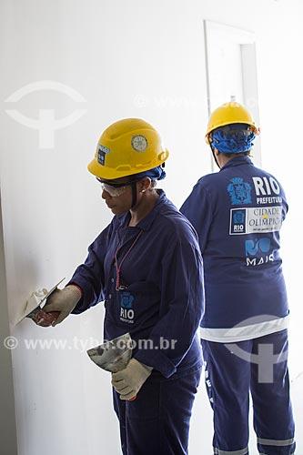 Operárias trabalhando na construção do Parque Olímpico Rio 2016  - Rio de Janeiro - Rio de Janeiro (RJ) - Brasil