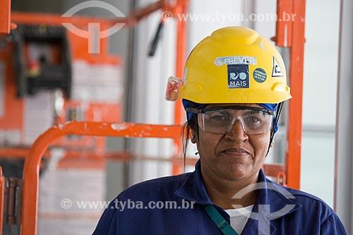 Operária trabalhando na construção do Parque Olímpico Rio 2016  - Rio de Janeiro - Rio de Janeiro (RJ) - Brasil