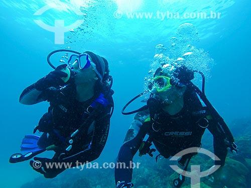 Casal mergulhando no litoral de Arraial do Cabo  - Arraial do Cabo - Rio de Janeiro (RJ) - Brasil