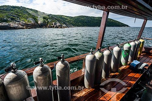 Cilindros de ar comprimido em escuna no litoral de Arraial do Cabo  - Arraial do Cabo - Rio de Janeiro (RJ) - Brasil
