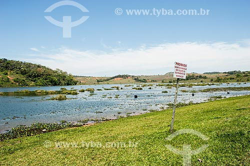 Placa de aviso com os dizeres: Proibido nadar ou navegar sem colete ou equipamento de navegação - na Rio Pomba  - Palma - Minas Gerais (MG) - Brasil