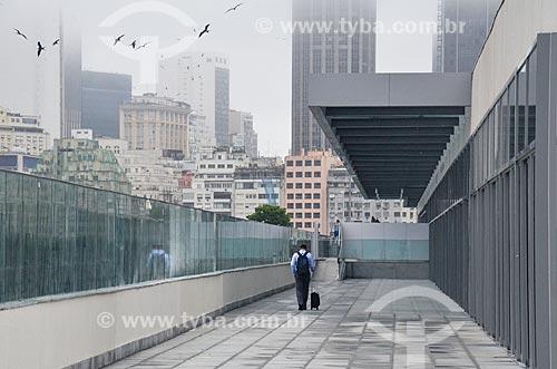Passageiro no terraço do Bossa Nova Mall  - Rio de Janeiro - Rio de Janeiro (RJ) - Brasil