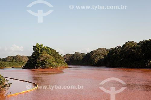 Barreiras de contenção na foz do Rio Doce para evitar que a lama dos rejeitos do rompimento da barragem da Mineradora Samarco chegue às ilhas e áreas mais baixas do estuário  - Linhares - Espírito Santo (ES) - Brasil