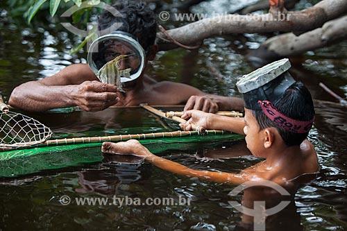 Detalhe de ribeirinhos pescando Acará-Bandeira (Pterophyllum scalare) no Rio Negro  - Barcelos - Amazonas (AM) - Brasil