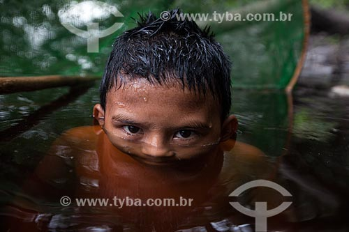 Menino em comunidade ribeirinha  - Barcelos - Amazonas (AM) - Brasil