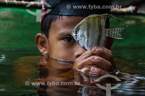 Detalhe de menino ribeirinho pescando Acará-Bandeira (Pterophyllum scalare) no Rio Negro  - Barcelos - Amazonas (AM) - Brasil