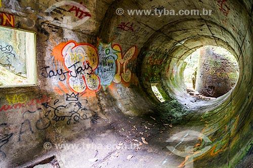 Interior das ruínas da torre caída perto do Açude do Camorim  - Rio de Janeiro - Rio de Janeiro (RJ) - Brasil