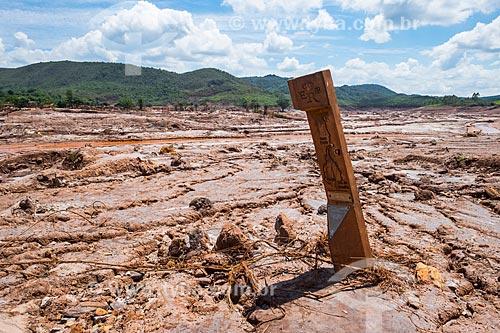 Marco sinalizador da antiga Estrada Real Brasileira no distrito de Bento Rodrigues após o rompimento de barragem de rejeitos de mineração da empresa Samarco em Mariana (MG)  - Mariana - Minas Gerais (MG) - Brasil
