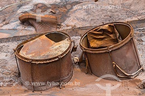 Objetos soterrado pela lama no distrito de Paracatu de Baixo após o rompimento de barragem de rejeitos de mineração da empresa Samarco em Mariana (MG)  - Mariana - Minas Gerais (MG) - Brasil